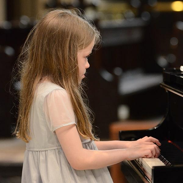girl-piano